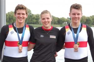 Jacob Schulte-Bockholt (links) und Laurits Follert mit Trainerin Janine Horster.