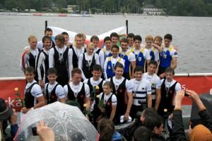 Siegerehrung: Gold für den Junior-Achter U17 (unten).